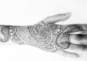 paisley swirl henna design on hand