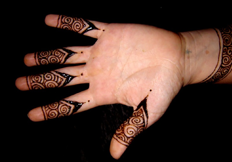 henna fingertip design